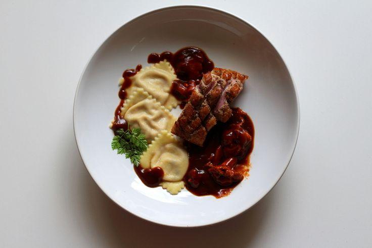 Glasierte Barbarie-Entenbrust, Ravioli gefüllt mit frischen Feigen und Ziegenkäse, Pfifferlinge in Entensauce mit Wild-demi glace