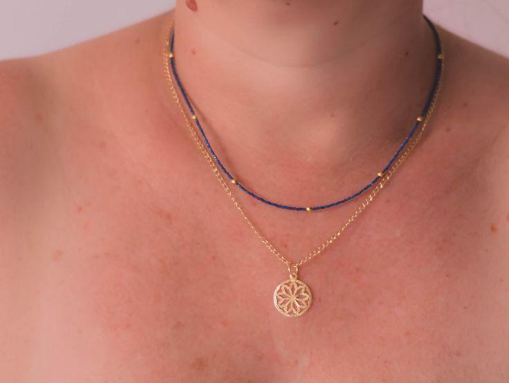 Collar cascada, Chaquiras azules y cadena con baño de oro.