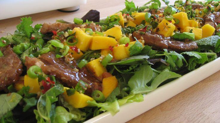 Salat med and og mango - Oppskriften på hoisindip som brukes i marinaden til andekjøttet finner du i oppskriften på friske rispapirruller, se nederst.DR