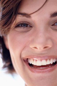 Tränensäcke sind für viele Frauen ein No-Go. Wir verraten, wie man sie wieder loswird, welche Ursachen sie haben und welches Make-up ratsam ist.