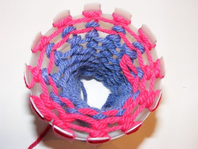 Use half of a plastic bottle to make a loom for hand knitting. (Knitting without needles / knitchat.com)