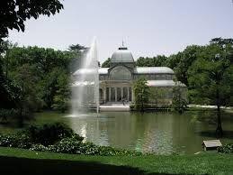 Mi familia y yo caminamos en el parque del Buen Retiro fue magnífico. Todos nosotros lo disfrutaron. Primero fue creado como un parque real en 1632. También el Palacio de Cristal fue impresionante. El parque también tiene un lago donde se pueden alquilar barcos. El parque también tenía muchos jardines que amaba a mi mamá.