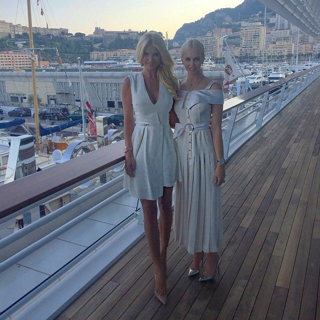 Tonight's look by @victoriabeckham with the stylish beauty @amandacarolinecronin