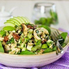 Вкусный салат с курицей и фетой Сегодня будем готовит вкусный салат для себя и своих близких… Ингредиенты: Для самого салата: Вареная курица – 125 г 4 шампиньона, нарезать 1 стебель …