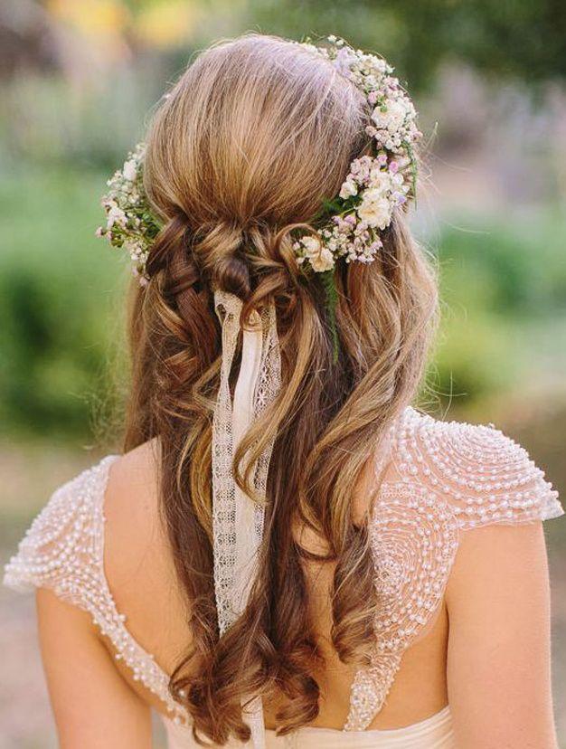 Comment porter la couronne de fleur et qu'elle reste en place toute la journée? Comme ceci, en enroulant des mèches tout autour