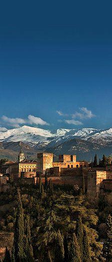 Preciosa vista de La Alhambra con Sierra Nevada de fondo.