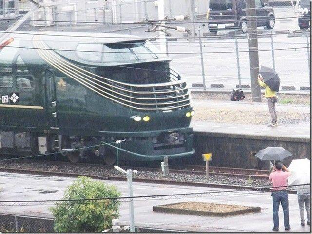 瑞風(トワイライトエクスプレス みずかぜ)が柳井駅に 雨の降る早朝にもかかわらす多くの方が見に来られていました #瑞風 #みずかぜ #トワイライトエクスプレス #柳井