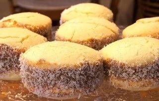 Alfajores tipico argentinos de maizena con dulce de leche y coco por fuera...