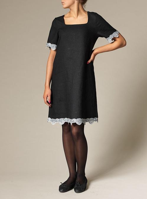 Teodora - 925 SEK - Superfin klänning i lätt A-formad modell. Spets nedtill och på ärmsluten. Kombinera med tunna byxan Jane eller med tunna strumpbyxor och höga klackar för en festfin look. En riktig garderobsräddare!
