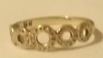 9ct GOLD RING APP SIZE 7-8 MUST SELL THIS W.END -URGENT SALE reduced by $30