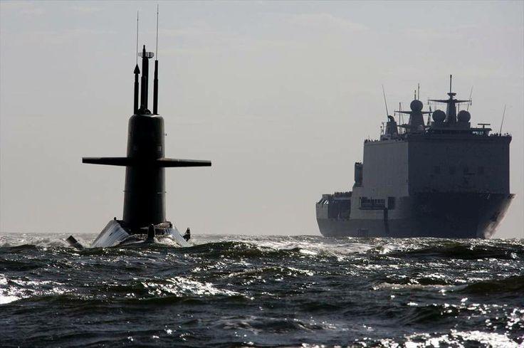 Zr. Ms. Johan de Witt en een onderzeeboot