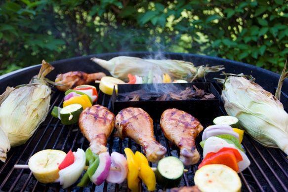 Tehnici de gratar. Tipuri de gratar. Cum se marineaza carnea. Timpi de preparare carne, legume si fructe la gratar. Ce se poate gati pe gratar? Retete la gratar.