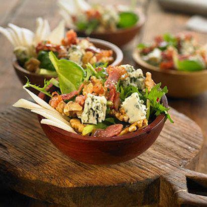 Ensalada de espinacas con queso azul, pera, nueces y tocineta