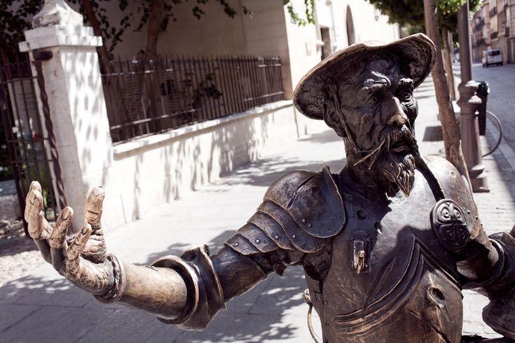 Escultura de Don Quijote y Sancho Panza en la puerta del museo