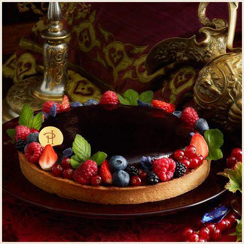 Tarte Envie de la collection Fetish Envie de Pierre Hermé : pâte sablée, compote de cassis, baies de cassis, biscuit imbibé au cassis et crème de mascarpone à la vanille et à la violette…