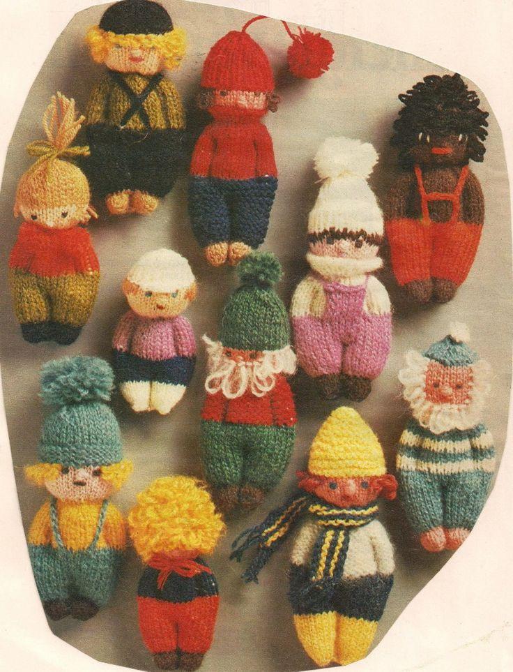 Een vrolijk elftal van kleine poppetjes | Knuffels-breien-en-haken.jouwweb.nl  Nostalgie; ooit heb ik deze poppetjes gebreid met mijn oudste zus Teuni, ik denk dat ik toen twaalf was ;-))