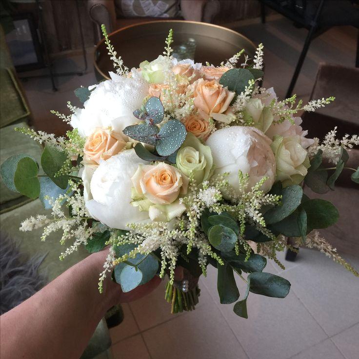 Brudebukett med peoner, roser, eucalyptus og astilbe