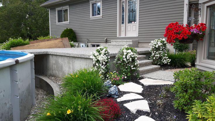 Une #entrée en #polyurea pour agrémenter parfaitement n'importe quel #jardin. #garden #outdoor #flower #backyard #maison #house