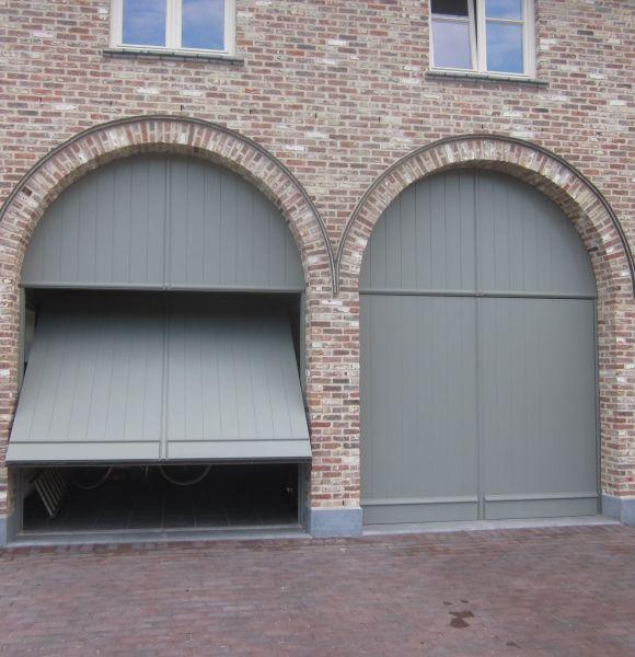 Wat zijn de richtprijzen voor garagepoorten? Foto: www.profel.be (dubbele garagepoort • landelijk • hout)