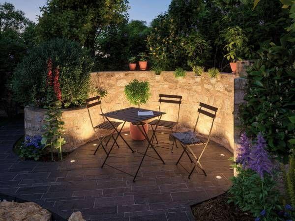 Hier lässt es sich aushalten Die Sitzecke im Garten ist wunderschön beleuchte