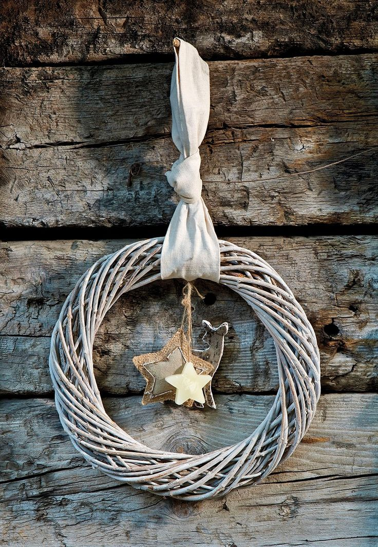 Corona colgante  Corona colgante de mimbre, decorada con un reno y estrellas, de Carrefour.