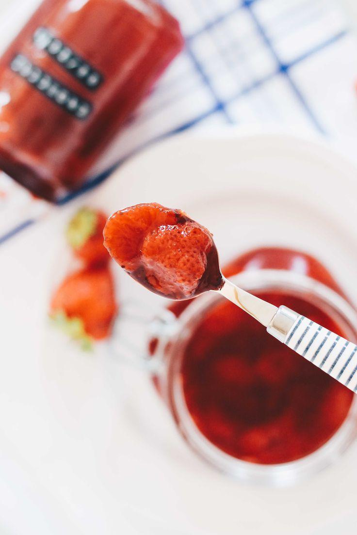 Einfache Vegane Erdbeermarmelade selber machen auf VANILLAHOLICA.com .   Wenn die Beeren und vor allem die Erdbeeren Saison haben wird es Zeit richtig gute vegane Erdbeermarmelade zu machen. Als Geliermittel werden Pektin, Algen oder AgarAgar verwendet. Es ist also alles tierfrei und damit auch umweltbewusster. In nur wenigen Minuten aus wenigen Zutaten zu einer frischen, fruchtigen, leichten und kalorienarmen Marmelade hab ich folgendes Rezept für dich.