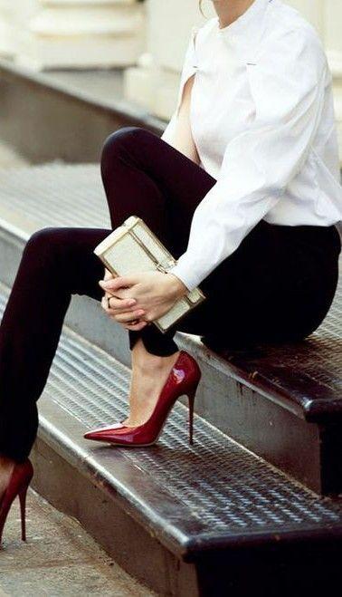 Blusa blanca manga larga+ Pantalón recto + zapatos rojos