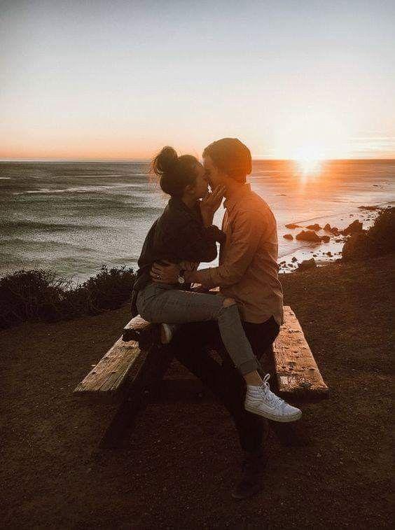 привыкает видеть картинка красивая пара со спины монастырь