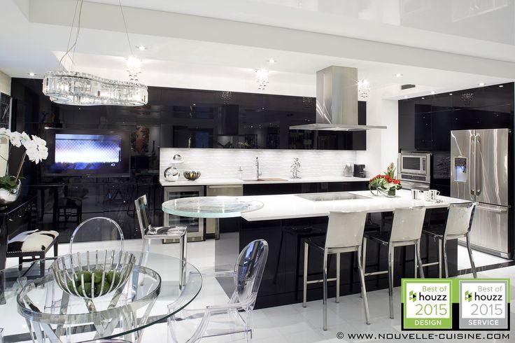 Modern kitchen with black acrylic cabinets. / Cuisine moderne avec armoires en acrylique noire