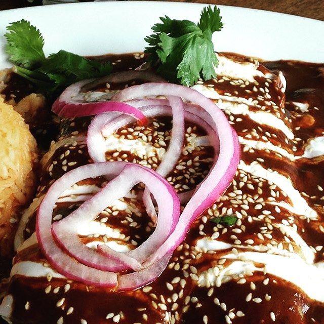 #Enchiladas  ENCHILADAS DE MOLE  El mole es uno de los platillos más emblemáticos de la cocina mexicana el cual puede prepararse de múltiples formas. Una de las maneras más fáciles de disfrutarlo es en unas deliciosas enchiladas preparadas con pollo crema queso cebolla y ajonjolí. #comiendopormexico #mexico #comida #food #mexicanfood #chile #tortillas #cebolla #crema #quedo #rico #delicious #yummy #mole #foodpic #foodporn by @comiendopormexico