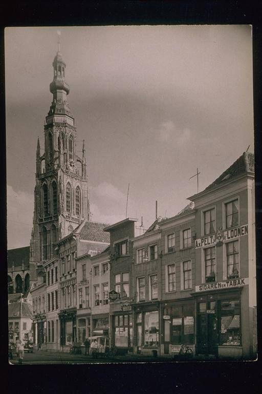 de Vismarktstraat ... Toen Naast Opperman zaten achtereenvolgens de radiowinkel van Smeets, een tabakszaak, het woonhuis van de familie Loonen, slagerij Janssen, de schilderswinkel van Dirkst, bakker Beerens, café Van de Pool, woninginrichter Janssen, kapper Van Kesteren en bontzaak Vermeulen.