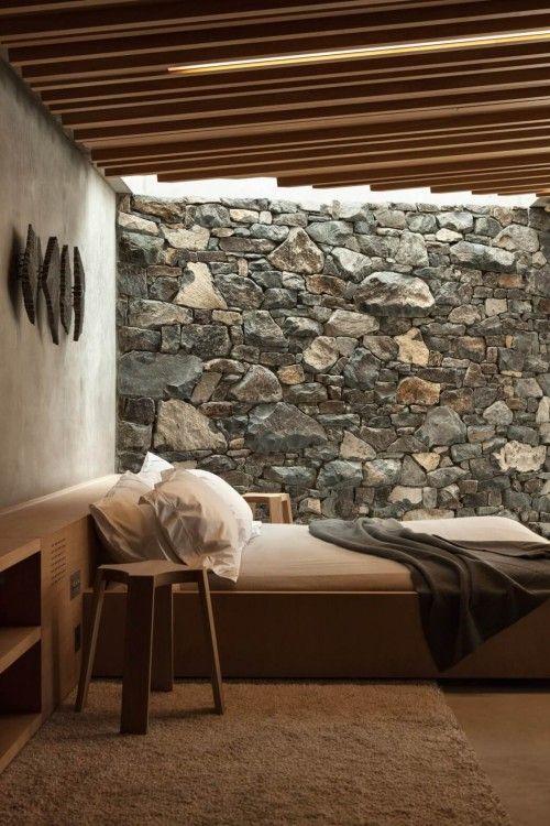 mensola-mobile tra testata del letto e muro