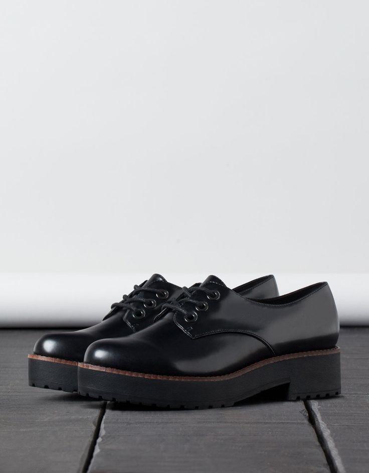 Chaussures liseré. Découvrez cet article et beaucoup plus sur Bershka, nouveaux produits chaque semaine.