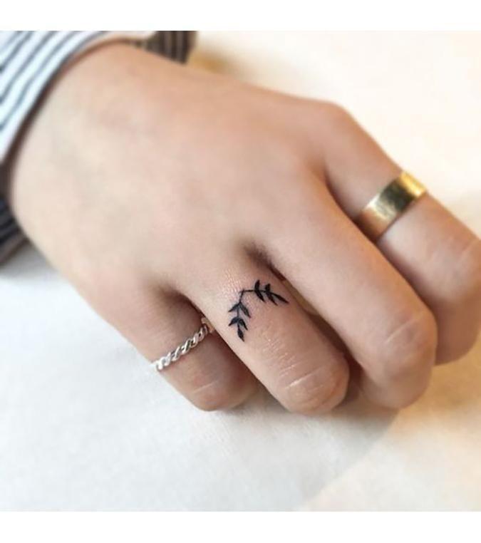 Ring Tattoos : 10 inspirations de tatouage pour habiller vos doigts – Hallie Woodhouse