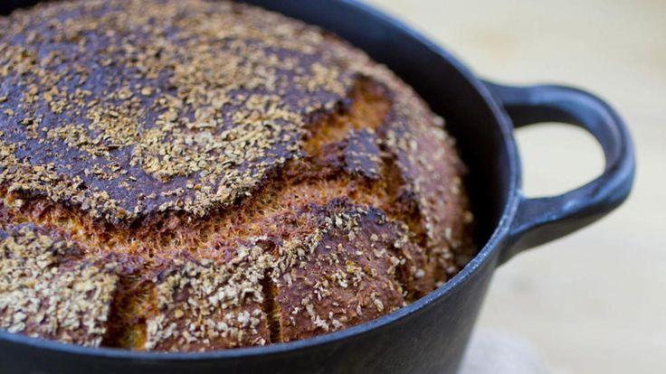 Når du baker brød i gryte får du ekstra god skorpe på brødet, pluss at det ser veldig hyggelig ut med brødet inni gryta. Jeg bruker en helt enkel eltefri deig, som gir et saftig og fint brød nesten uten jobb.     Deigen skal være nesten tyktflytende når du setter den til heving. Du trenger en 4-liters jerngryte med lokk.