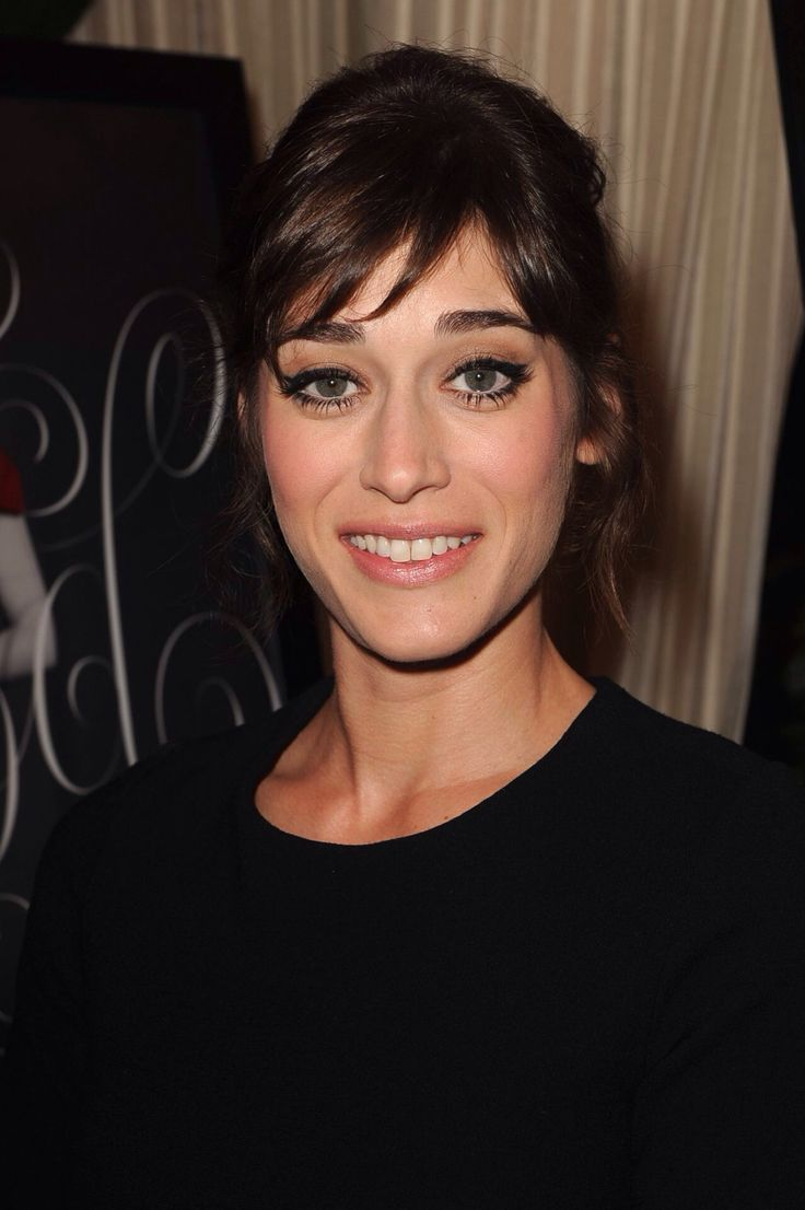 acclaimed actress lizzy caplan - 736×1106