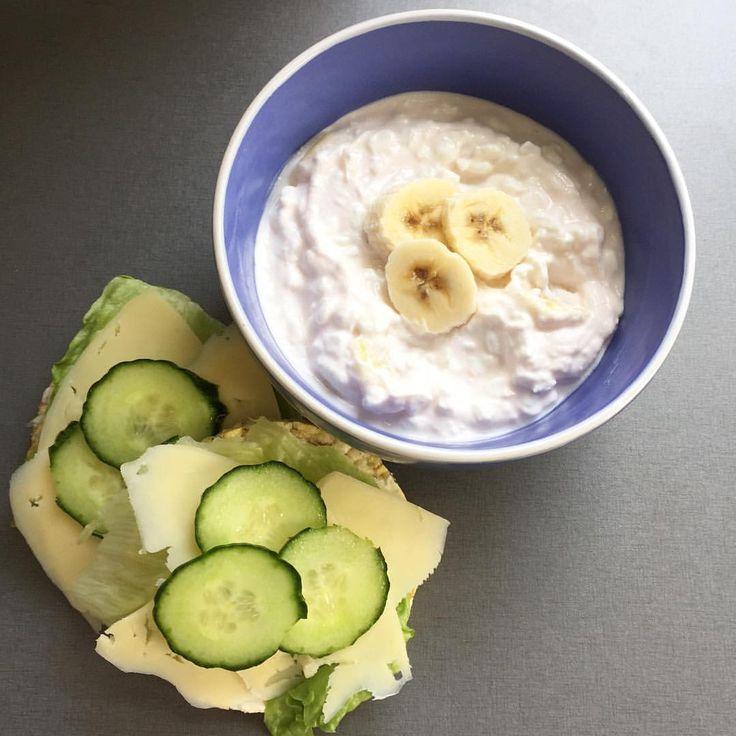 Snabb och god lunch denna fredag  1dl keso (2sp) blandat med 1dl yoghurtkvarg jordgubb/lime (2sp) och banan. Två stycken Friggs riskakor chiafrön/havssalt (1sp) med isbergssallad, två skivor ost (3sp) och gurka.  Totalt 8sp.  Trevlig fredag på er!  #viktväktarna #mittviktväktarna #vvonline #vvinspiration #vvtillsammans #weightwatchers #weightloss #minviktresa #viktresa #viktnedgång #viktminskning #måbra #lunch #keso #kvarg #yoghurtkvarg #friggs #jagärviktväktarealltsåäterjaggott