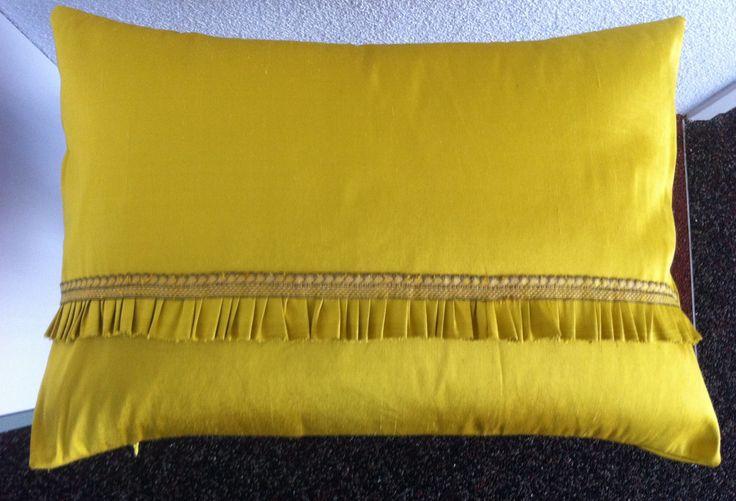 Goudgeel zijden kussen met rits, 35x50 cm. Aan de voorkant een plissé rand afgezet met sierbandje. Stof is aan voor- en achterkant hetzelfde.  Made by jose@kabelfoon.nl