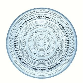 In 2010, Iittala reintroduced parts of the popular Kastehelmi porcelain collection. Kastehelmi,which is Finnish for dewdrop, is a classic from 1964 designed by Oiva Toikka. This 26 cm plate is available in three colors.
