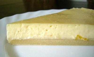 Tarte au citron : une abaisse de pâte sablée 1 boîte de lait concentré sucré (environ 400g) le jus + les zestes de 2 gros citrons (environ 125 ml de jus) 2 oeufs Garnir un moule à tarte avec la pâte sablée la piquer avec une fourchette et enfourner 10/15 minutes à 180°C. mélanger très vivement le lait concentré, le jus des citrons, les zestes et les oeufs. Verser sur la pâte précuite et enfourner à 180°C pour environ 15 minutes. Laisser refroidir. Réfrigérer. Servir bien frais.