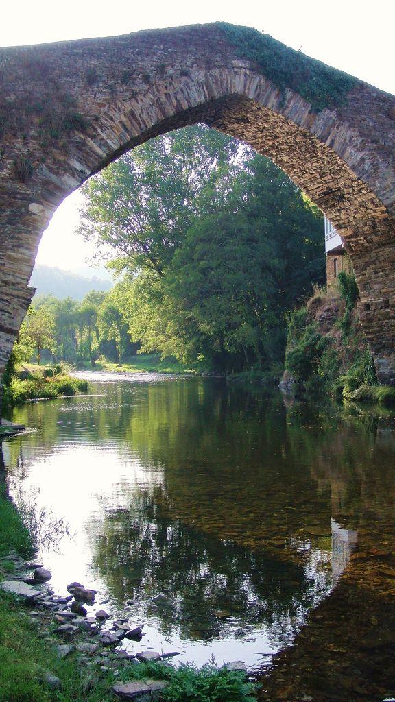 Hispania Romana (Roman Spain) - A Ponte Vella - Navia de Suarna (3) | Respecto a A Ponte Vella, su origen es romano. Con un único arco apuntado, con muros de protección muy altos, tiene calzada muy abombada que contribuye a realzar su aspecto monumental.