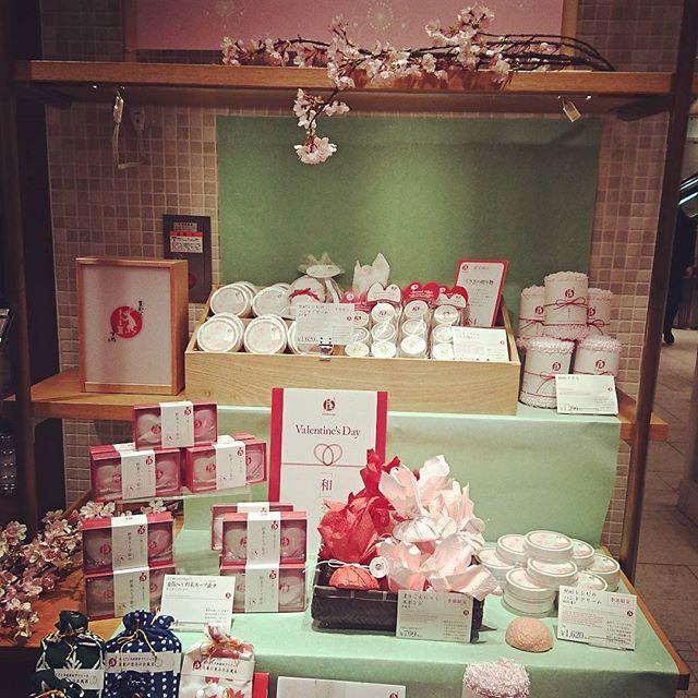 【mayumitachikawa】さんのInstagramをピンしています。 《もうすぐバレンタインデー💝 ですが…、まかないこすめは東急百貨店東横店で、春を迎える女性達の肌に、桜コスメ満載のpop up storeを開催中。自分へのご褒美は、チョコだけでなく、桜も人気です🌸 3月15日までです♪ #桜  #まかないこすめ #バレンタインデー #東急百貨店  #春コスメ  #さくら  #桜コスメ  #ギフト  #自分へのごほうび》