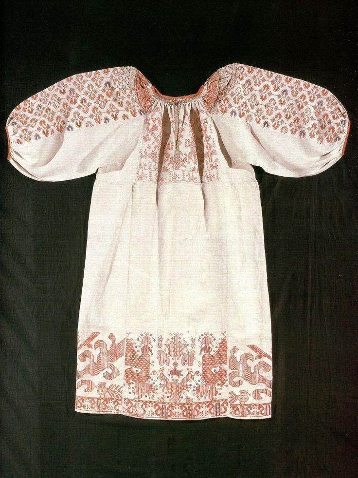 Праздничная женская рубаха. Первая половина XIX в.  Холст, кумач, льняные и шелковые нити.  Двусторонний шов, набор, гладь.