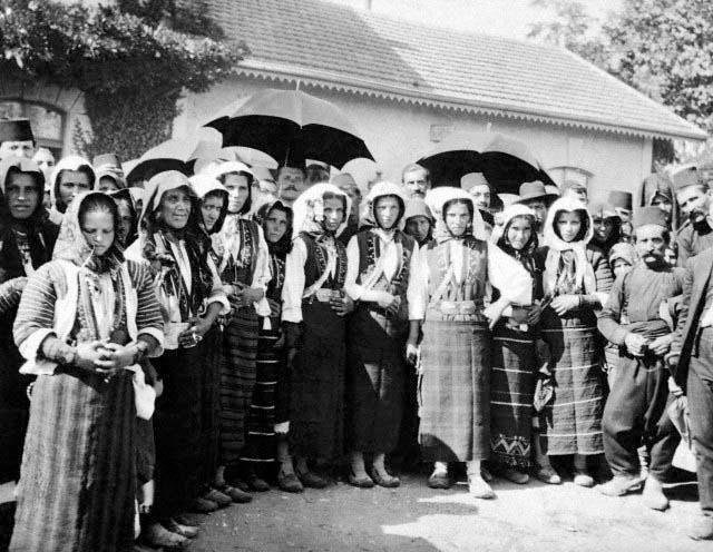Frederick Moore, 1 Σεπτεμβρίου 1916, Δράμα, παραδοσιακές φορεσιές.