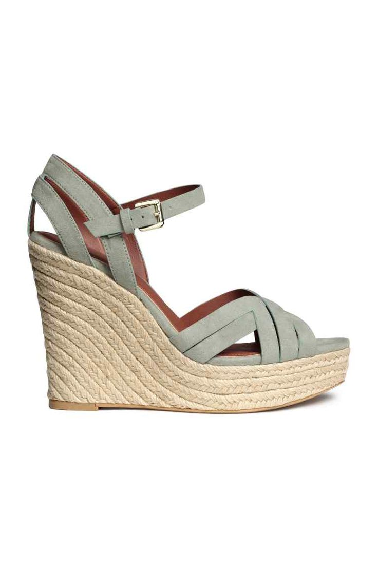 Wedge-heel sandals: Sandals with a wedge heel, adjustable ankle strap with a metal buckle, imitation leather linings and insoles and rubber soles. Platform sole and heel covered in braided jute. Platform front 3.5 cm, heel 12 cm.