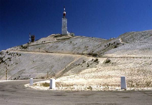 Les pentes du mytique du mont Ventoux   « le géant de Provence» qui s'élève à 1912 mètres