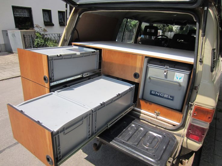 Ausbau eines Toyota Landcuiser J6 mit herausnehmbaren Kunststoffkisten auf voll ausziehbaren Schienen. Für 4 Personen.