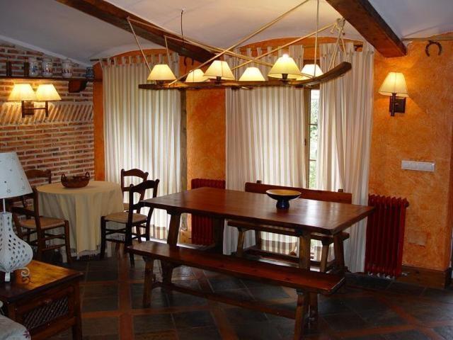 Gran mesa de comedor en la Cava vinos de Ribera en la casa #rural Las Cavas de #Olmedo en la provincia de #Valladolid