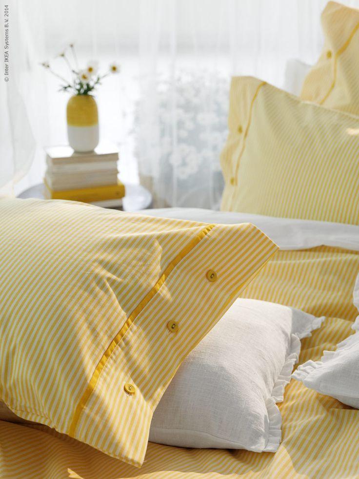 Gult är färgen för solsken och härlig energi, något vi gärna låter lysa in i våra sovrum i sommar. NYPONROS påslakanset i gul/vit randigt.