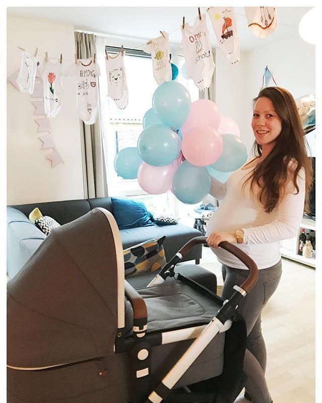 Hoe schattig zijn deze leuke rompertjes! 😍Iedereen die op mijn babyshower was heeft haar eigen creatie op een rompertje getekend.👶🏼👩🏼🎨 Echt heel leuk om zulke persoonlijke rompertjes te hebben. En.. de kinderwagen is binnen!🎉Ik ben helemaal blij! Vorige week woensdag konden we hem ophalen en nu staat hij mooi in de woonkamer te pronken! 💕🌷Ik kan niet wachten tot de kleine er in kan! ☺️ #babybump #babyshower #pregnant #zwanger #34weeks #myjoolz #joolz #joolzday2 #babystroller…